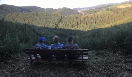 Neue Wanderbank am Weg von Endorf nach Röhrenspring Blick: Richtung Meinkenbracht.jpg