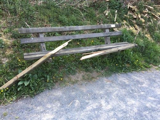 Vandalismus am 25. 4 2020 2 Bänke am Radweg zerstört.jpg