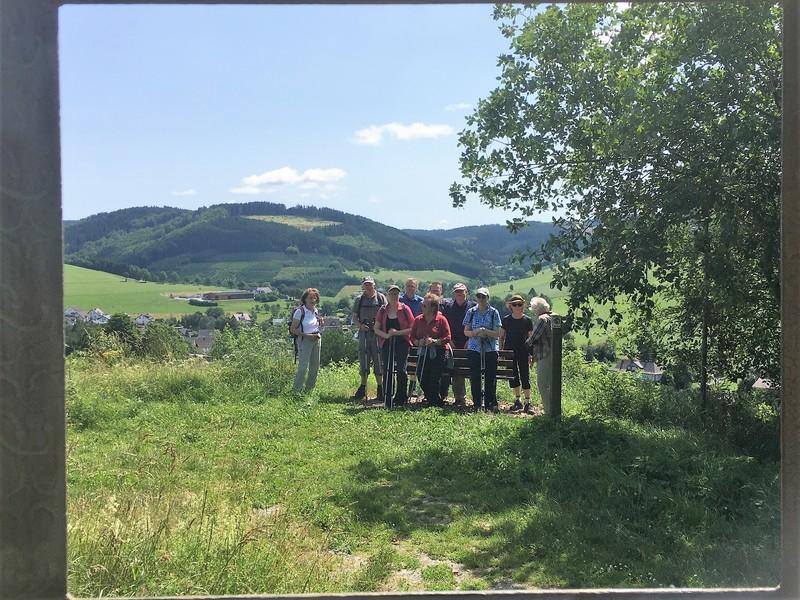 Wanderung auf der Fotoroute in Oberhenneborn.jpg