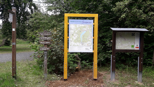 Wandertafel an der Krähenbrinke-Hütte.jpg
