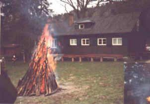 Osterfeuer an der Hütte.jpg