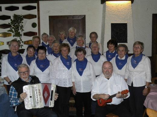 Der SGV-Chor mit der Chorleiterin Ute Penc.jpg