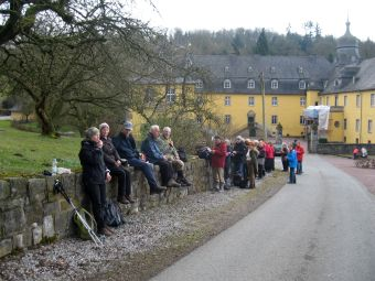 Wanderpause am Schloss Melschede
