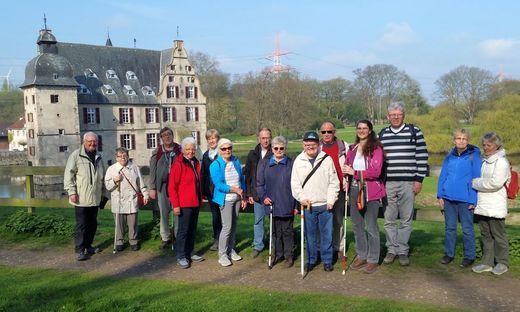 Abt. Höchsten: Wanderung mit Sehbehinderten u.Blinden 2017 vor Schloss Bodelschwingh (Foto: WD Sonnenburg)