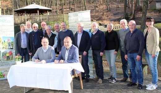 SGV-Präsident Thomas Gemke und Arnsberg Bürgermeister Ralf Paul Bittner (beide sitzend) bei der Unterzeichnung der Kooperationsvereinbarung zum 70. SGV-Gebirgsfest - Foto: SGV-Marketing, Arnsberg