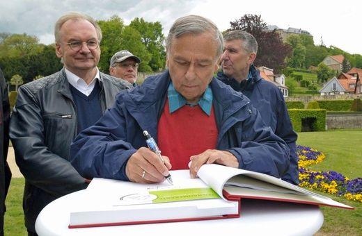 Dr. Hans-Ulrich Rauchfuß, Präsident des Deutschen Wanderverbandes, beim Eintrag in das Ehrenbuch der Stadt Blankenburg.  Foto: J. Kuhr/DWV