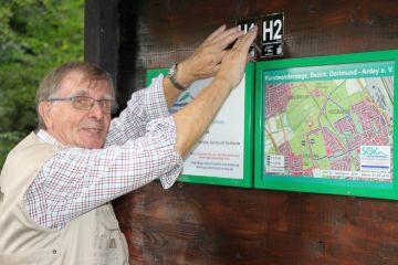 Jürgen Erdmann stellt die neue Wandertafel vor