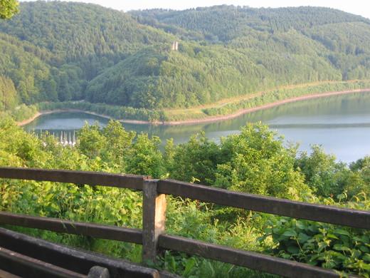 Blick von der SGV Hütte zur Ruine Waldenburg