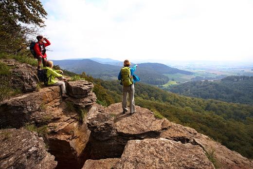 Ausblick von den Hohenstein-Klippen ins verträumte Tal des Weserberglandes  (c) Weserbergland Tourismus e.V