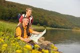 (6/8) Wanderer an der Weser bei Bodenwerder (c) Weserbergland Tourismus e.V.