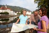 (8/8) Wanderpause vor dem Rathaus in Bad Karlshafen (c) Weserbergland Tourismus e.V.