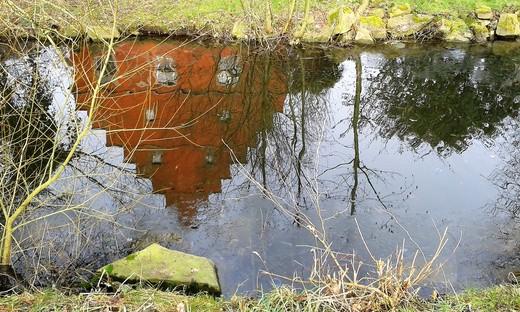 Haus Wenge in Lanstrop spiegelt sich in der Gräfte