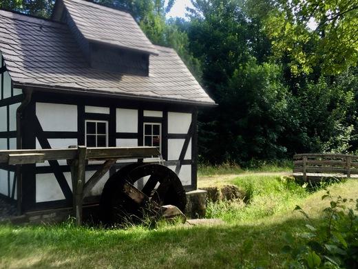 Viel Fachwerkidylle am Wegesrand – hier eine Mühle mit Holzrinne als Wasserleitung