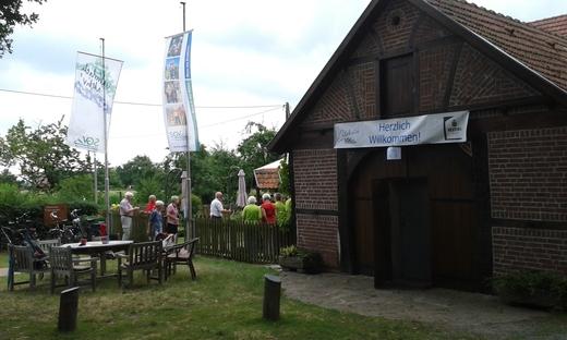 Der SGV-Bezirk heißt uns im Heimathaus Lippramsdorf willkommen
