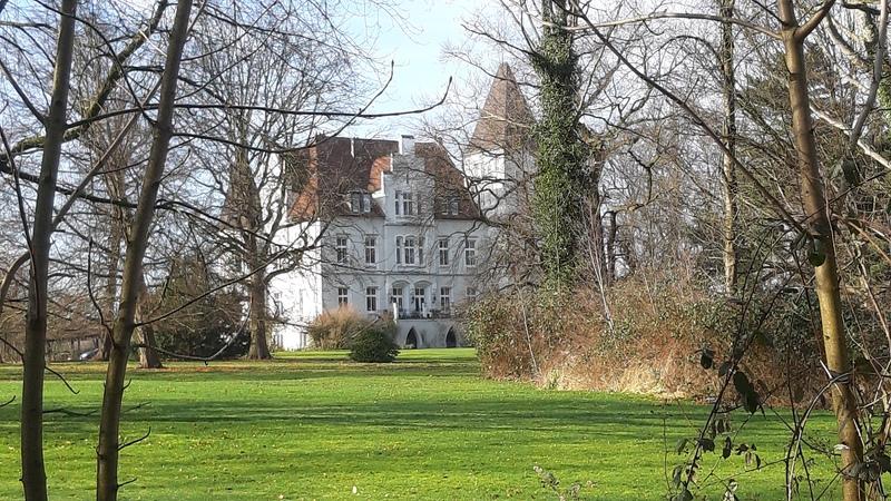 Gute Sicht auf das Märchenschloss Haus Dorloh im Winter