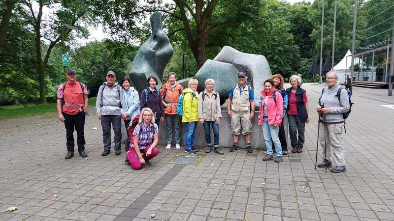 Start einer Wanderung an der Skulptur von Henry Moore in Recklinghausen