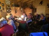 Gemütliche Runde in der Hütte