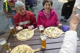 24.05.14  Auf dem Rheinsteig -Ingrid u. Ilse stärken sich-.