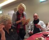 10.12.17 Margarete verteilt wieder Herzchen und Sternchen auf unserer SGV-Weihnachtsfeier