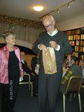 Ilse überreicht Karl Heinz das Überraschungsgeschenk von uns Mitgliedern.