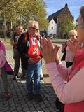 26.10.19 Albert bekommt den roten Neanderlandbeutel, als Dank für seine langjährige Wanderführer-Tätigkeit