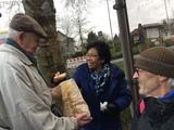 22.02.20 Vor der Rückfahrt von Much versorgt Wolfgang uns mit Leckerem aus der Bäckerei
