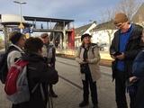 22.02.20 Wanderführerin Vera begrüßt die Wandergruppe am Bahnhof Overath .