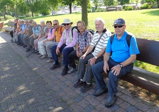 Wandergruppe Witting auf der längsten Bank Hessens am Diemelsee