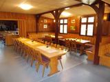 Das Haus besitzt mit seinen massiven Naturholztischen, den Landhausstühlen und dem Holzwerk eine gemütliche Atmosphäre.