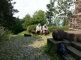 Die Herren Kahlert und Schneider beim Turm von Herrn Bismarck