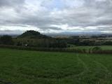 Bild 27 wir haben Staufen verlassen, Blick zurück auf die 375m hoch liegende Burgruine Staufen, am Horizont rechts das kleine Mittelgebirge Kaiserstuhl