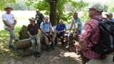 Bild 08a Wdfr. Bopp erläutert Geschichte v Sichartshof und Brunnen