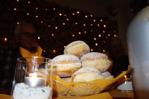 07.01.2020: Tradition ist das jährliche Punschballenessen in Gelzhäusers Scheune.