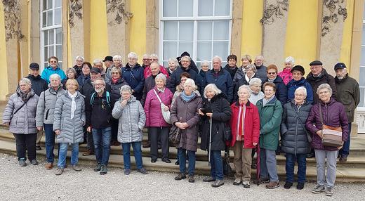 25.11.2019: Die Meinerzhagener SGV-er während der Adventsfahrt 2019 vor dem Schloss Sanssouci.