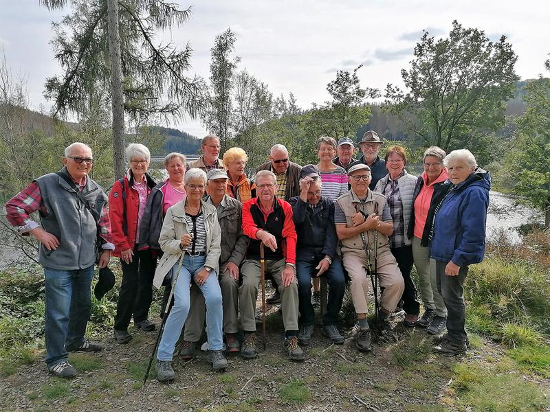 21.09.2021: Wanderführerin Elke Kucz mit gut gelaunter Truppe des SGV Meinerzhagen auf dem Rundweg um die Genkel mit Rast an der Aggertalsperre