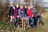 25.02.2020: Gutes Wetter, gute Laune. Gruppenbild Mann mit Hut, Hund und Damen auf dem Dannenberger Sessel.