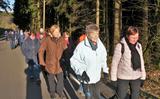 03.03.2020_3: Nach anfänglichem Schneegriesel konnten die Wanderer den Heimweg von der Jause im Abendsonnenschein genießen.