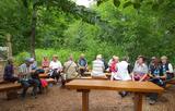 30.06.2020: Die Wanderer des SGV Meinerzhagen machten an diesem Dienstag Rast im Waldklassenzimmer Am Heedberg. Die Tour führte vom Handweiser durch das Güntenbecker Tal bis zur Genkel.