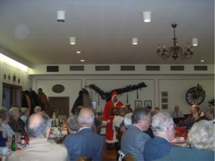 zur Adventsfeier kommt regelmäßig der Nikolaus