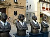 06  Eherne Damen auf dem Markt in Weikersheim