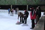 16 und abends zum Eisstockschießen