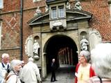 11 der Eingang mit Wappen und Figuren