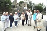09 unsere Teilnehmer vor der Burgruine