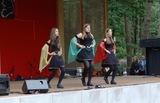 25 Täzerinnen auf der Bühne