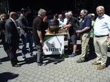 06 eingesponsertes Fass Bier wird aufgestellt