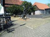 08 Kunstwerk vor dem Museum