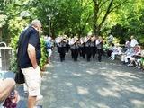 12 und marschiert in Richtung Ehrentribüne
