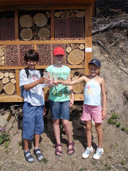 Insektenhotel bei der Einweihung