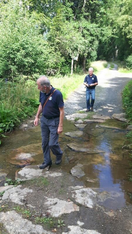 Wanderweg durch ein Flussbett und zur Abkühlung