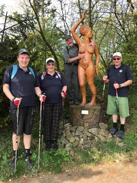 Skulpturen Figur mit Wanderfreunde